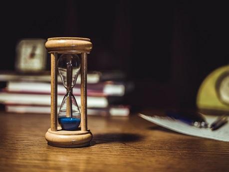 cas termin klient komunikacia presypacie hodiny deadline stol