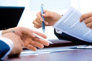 rokovanie klient biznis partnerstvo zakaznik pero papiere laptop