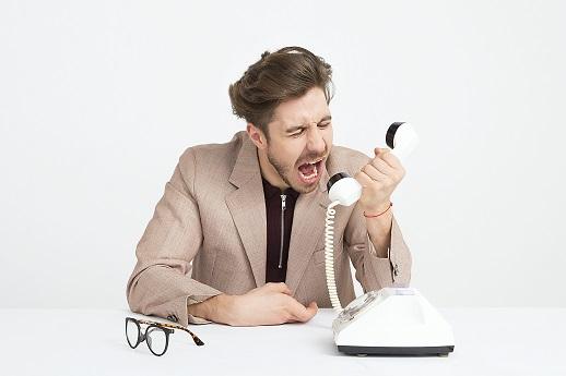 neprijemny zakaznik nevhodna reakcia krik muz telefon okuliare spor hadka