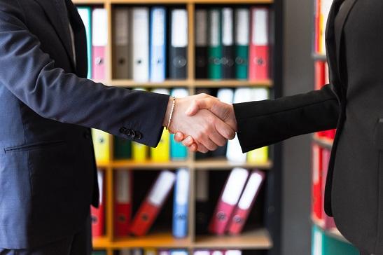 komunikacia podanie ruk dovera partnerstvo muz zena kostym oblek sanony kancelaria